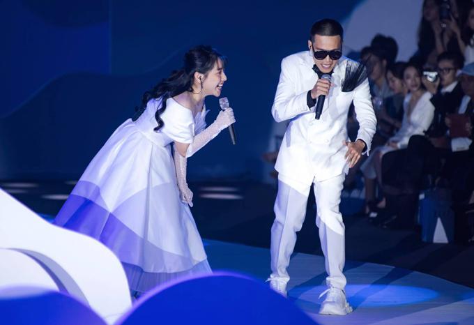 Ngoài làm mẫu ảnh, thiết kế, người đẹp 32 tuổi gây bất ngờ khi khoe giọng song ca với rapper Wowy trên sân khấu.