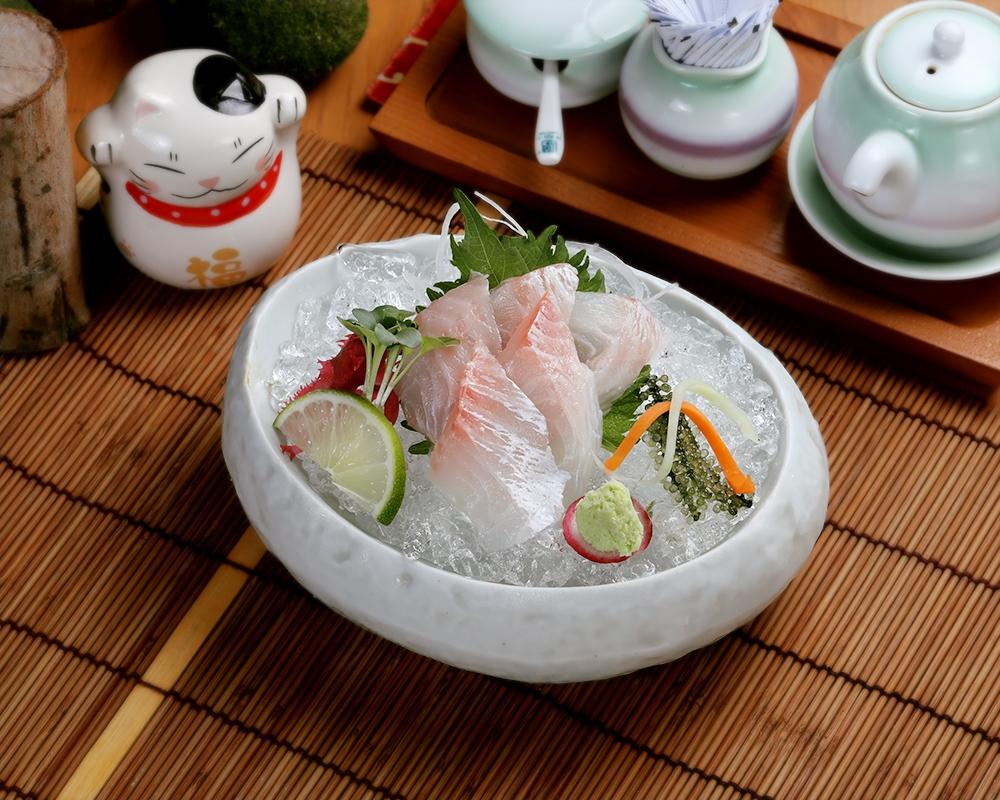 Renkodai Sashimi: Kích thích khẩu vị với fillet 5 miếng cá thịt trắng kết cấu mịn màng giữ trên thố đá lạnh theo cách trang trí truyền thống cùng rau mầm, rong nho, wasabi...