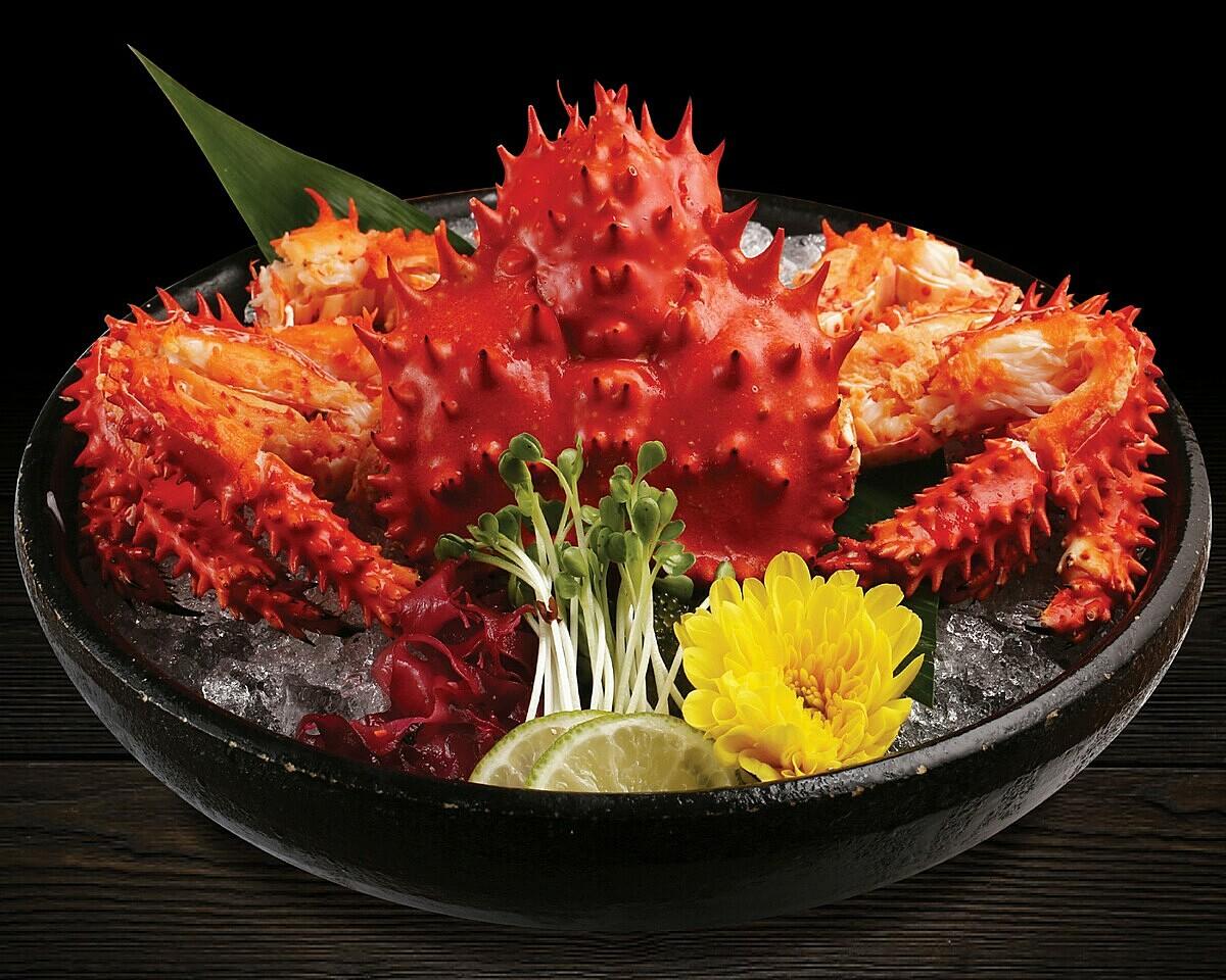 Hanasaki Kani Sashimi: toàn bộ phần thịt cua được làm chín và giữ trên thố đá lạnh, một phần vỏ cua được giữ nguyên để trang trí cũng như bao bọc phần thịt cua được tươi ngon.