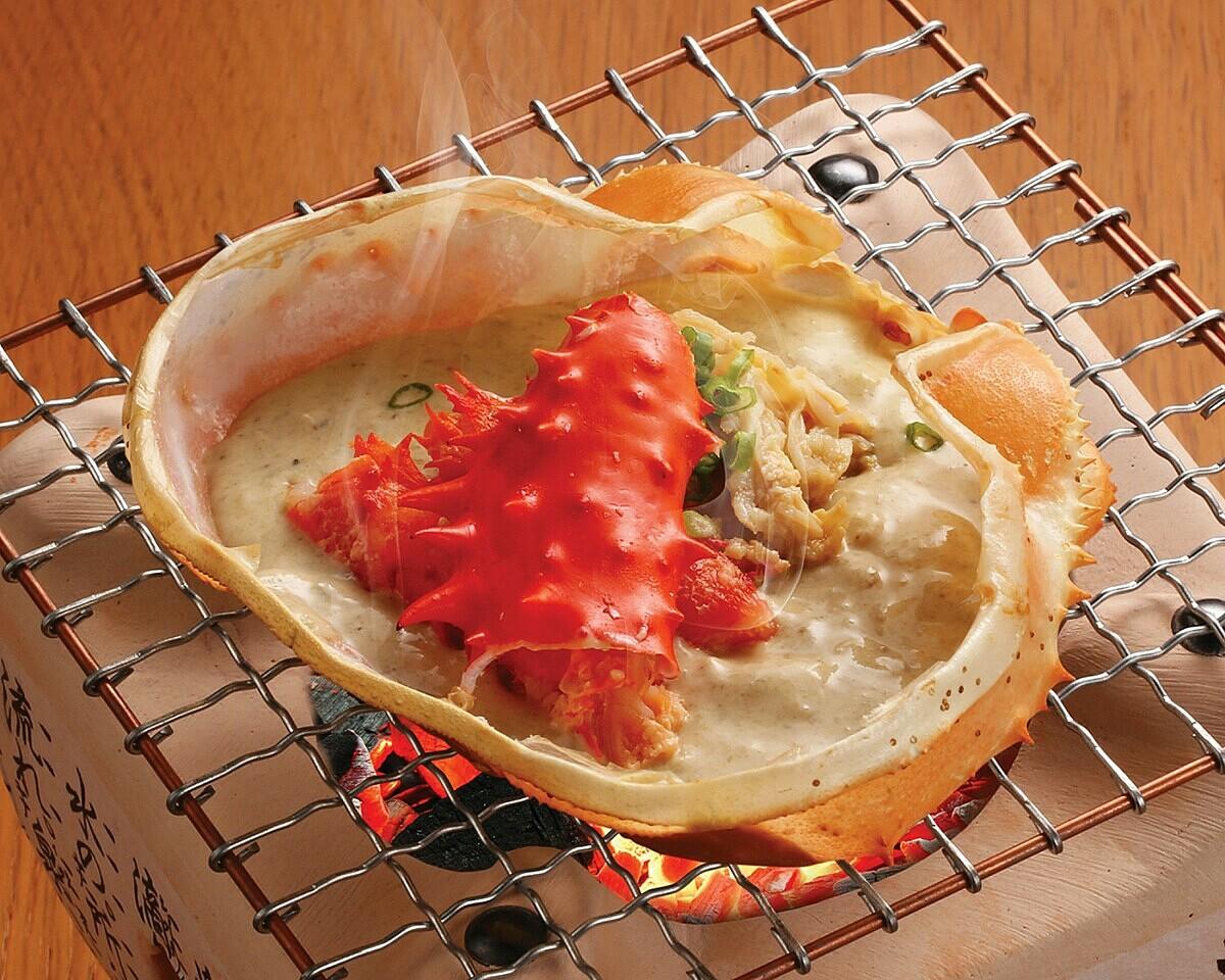 Hanasaki Kani Miso Yaki: Gây ấn tượng với thịt cua Hanasaki chắc thịt hòa quyện cùng gạch cua thơm béo và kem sữa thơm lừng.