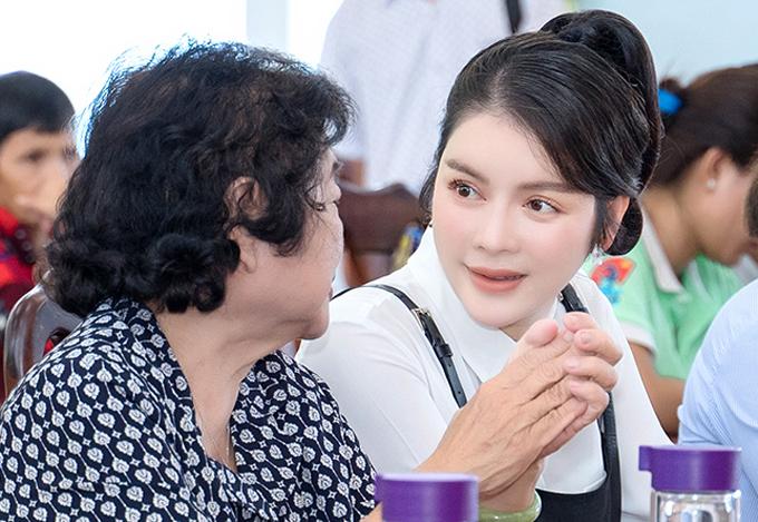 Lý Nhã Kỳ trò chuyện thân mật cùng bà Trương Mỹ Hoa trong sự kiện. Cô rất quan tâm tới các lĩnh vực y tế, giáo dục và những hoạt động hỗ trợ trẻ em, người già.