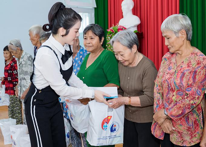 Lý Nhã Kỳ trao quà cho các cụ già neo đơn ở Vũng Tàu.