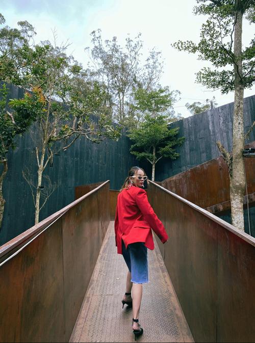 Khi du lịch ở Đà Lạt vào vào mát lạnh, Yến Trang chọn áo blazer tông màu đỏ đậm vừa để giữ ấm vừa làm điểm nhấn khi chụp ảnh check in.