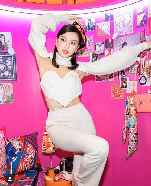 Tú Hảo cũng chọn mẫu áo len kiểu dáng mới lạ như Tóc Tiên để mix cùng áo trái tim và quần âu tiệp màu.