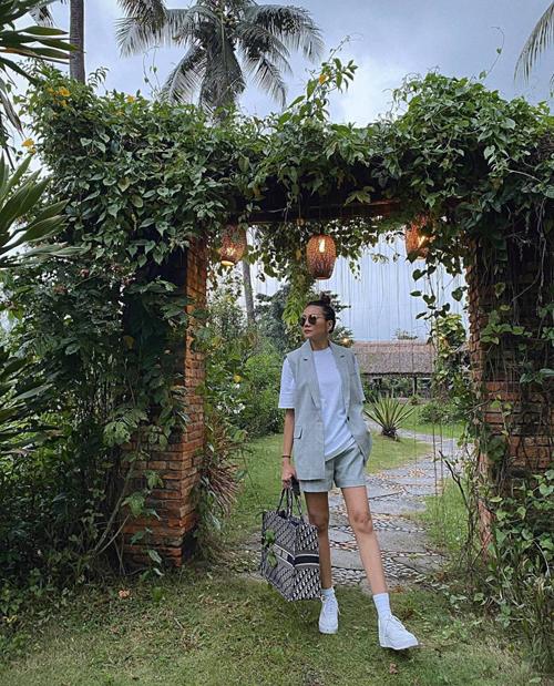 Street style mùa thu trẻ trung và khỏe khoắn của Thanh Hằng với lối mix áo long vest đồng điệu cùng short. Túi Dior dáng big size được siêu mẫu chọn lựa để làm điểm nhấn.