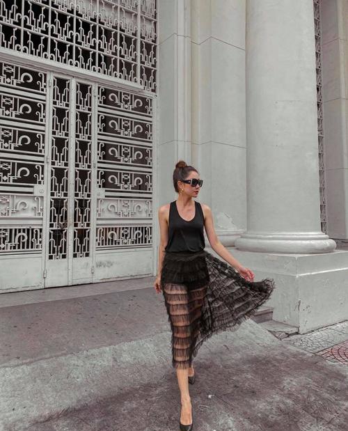 Tường Vi chan váy vải tuyn, xếp tầng phá cách để phối cùng bộ trang phục đen khi dạo phố mùa thu.