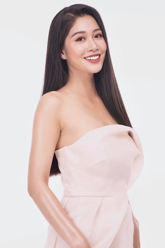 Nhan sắc của cô được nhận xét chín muồi, rạng rỡ ở tuổi 22. Nữ tiếp viên hàng không vào chung kết Hoa hậu VN 2020