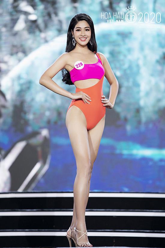 Vân Ly thuộc nhóm thí sinh nổi bật từ ngày đầu nhập cuộc. Cô cao 1,76 m, hình thể 85 - 65 - 95 cm. Nữ tiếp viên hàng không vào chung kết Hoa hậu VN 2020