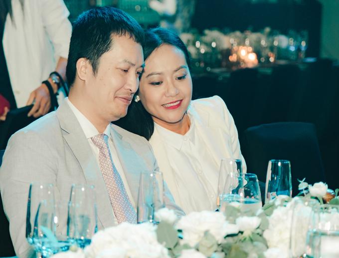Vợ chồng Hồng Ánh đã gắn bó 20 năm, trong đó có 6 năm yêu, 3 năm sống thử. Họ kết hôn vào năm 2009. Người đẹp Trăng nơi đáy giếng ghé đầu say sưa trò chuyện cùng chồng trong buổi tiệc gây quỹ từ thiện. Hồng Ánh hiếm hoi đi sự kiện cùng chồng doanh nhân