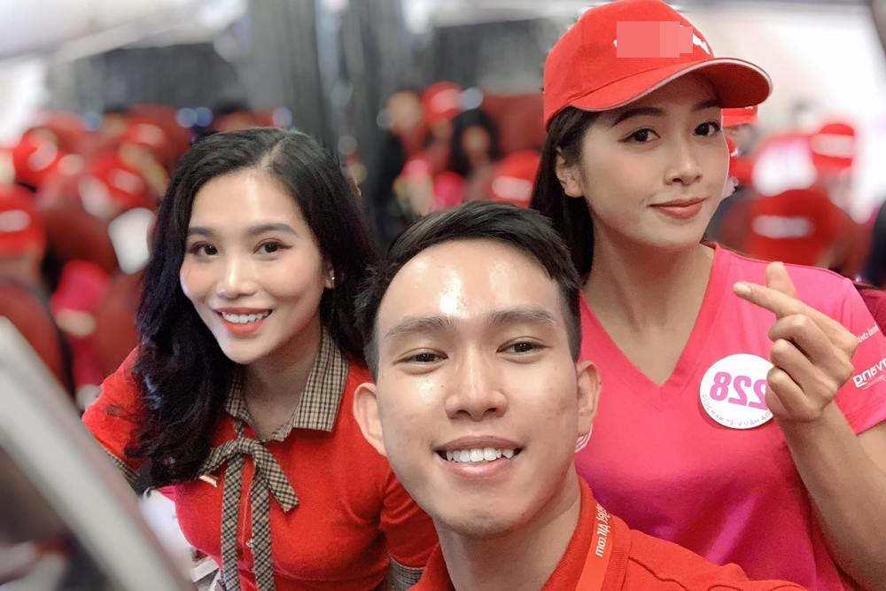 Vân Ly (phải) hội ngộ các đồng nghiệp trong một hoạt động của cuộc thi. Nữ tiếp viên hàng không vào chung kết Hoa hậu VN 2020