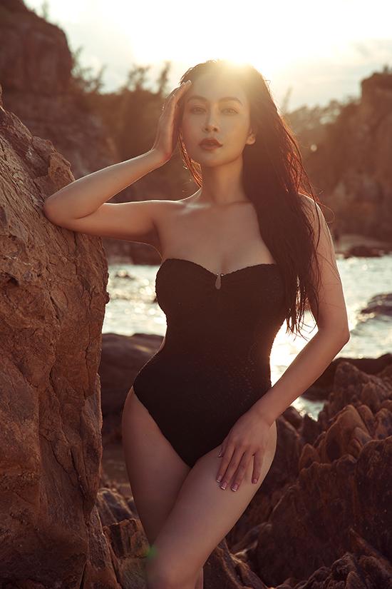 Bộ ảnh được Tuyết Nga thực hiện ngẫu hứng tại bãi Đá Nhảy ở Quảng Bình trên đường đi công tác. Hoa hậu Áo dài 2019 chỉ muốn giữ lại khoảnh khắc mình đẹp nhất với số đo ba vòng chuẩn và tinh thần phơi phới.