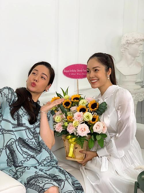 Dương Cẩm Lynh bất ngờ khi được Nhật Kim Anh chúc mừng sinh nhật.