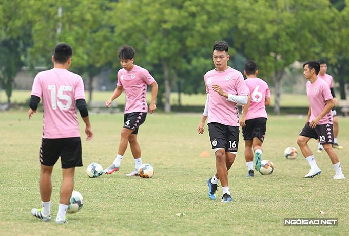 Hiện tại, Hà Nội đứng thứ 4 trên bảng xếp hạng V-League 2020 với 23 điểm, sau Sài Gòn (27 điểm), Viettel (25 điểm) và Than Quảng Ninh (24 điểm).