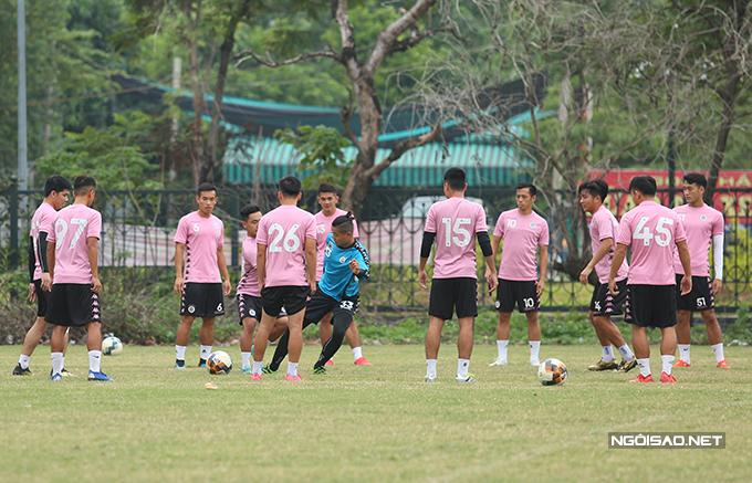 Sau phần khởi động, các cầu thủ Hà Nội chia thành hai nhóm chơi đá ma. Đội quân của HLV Chu Đình Nghiêm đang có tinh thần tốt sau chiến thắng 2-0 trước TP HCM ở lượt trận đầu tiên giai đoạn hai.