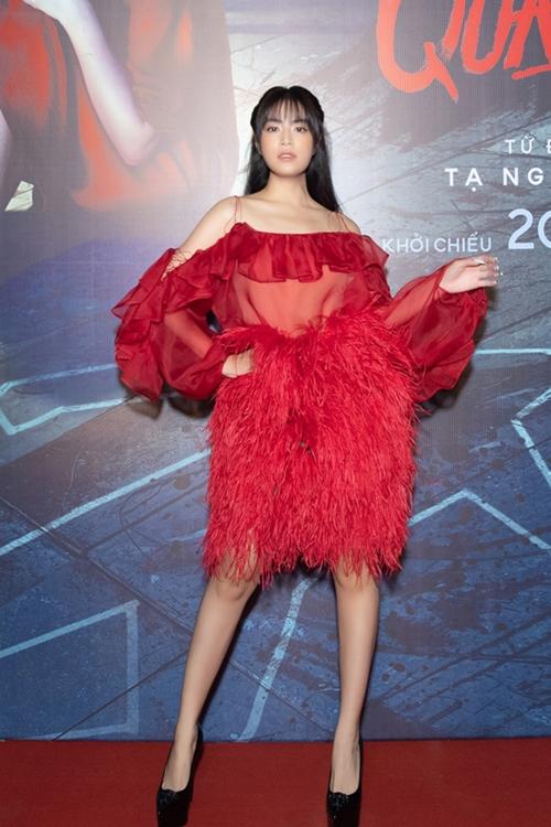 Hoàng Thùy Linh nổi bật với đầm voan đỏ tại sự kiện.