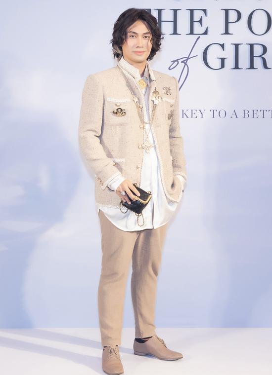 Nhà thiết kế Lý Quí Khánh sành điệu với trang phục gam xám. Hồng Ánh hiếm hoi đi sự kiện cùng chồng doanh nhân