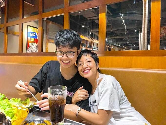 MC Thảo Vân và con trai đi ăn tối sau khi bé Tít đấu bóng bàn thua mẹ.