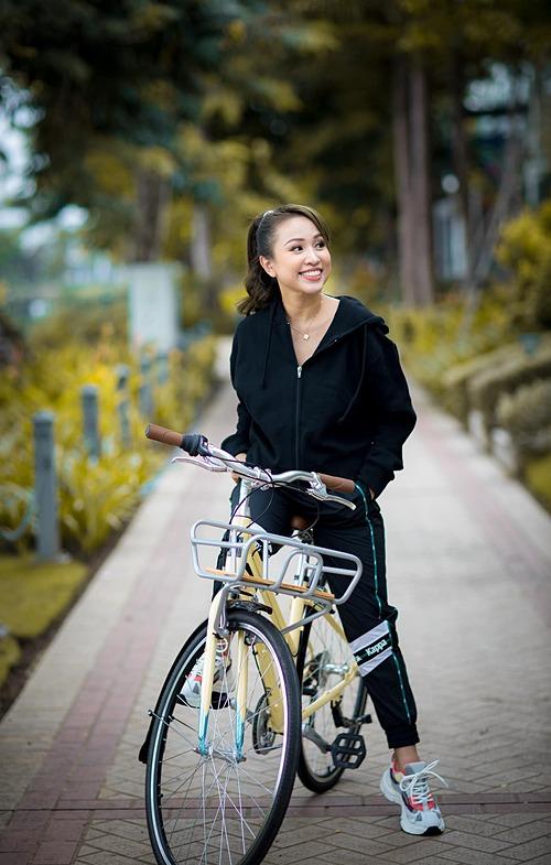 Thanh Vân Hugo thích thú khi dạo phố bằng xe đạp.