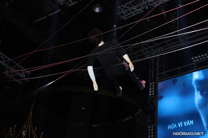 Một manequin được treo trên cao giả làm xác chết giống với hiện trường vụ án trong phim.