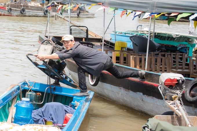Diễn viên Lê Vinh tự lái ghe, thực hiện cảnh bật nhảy giữa hai chiếc ghe.