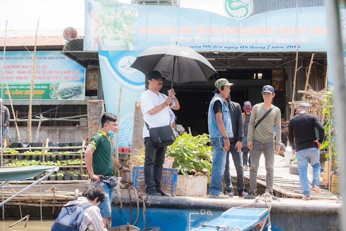 Đạo diễn Phương Điền (áo trắng) giám sát quá trình chuẩn bị cảnh quay.