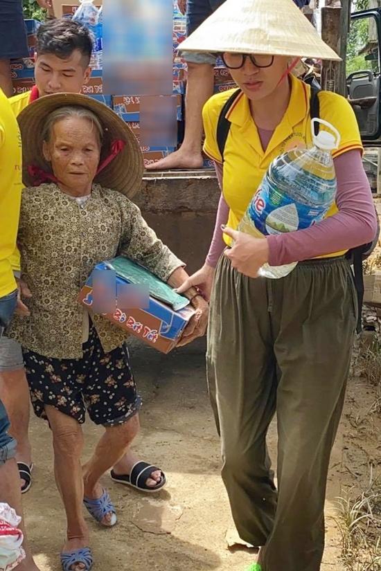 Trang Trần giúp đỡ một cụ bà ở vùng lũ.