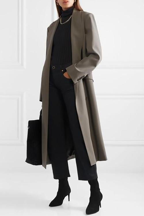 Bốt cổ thấp, mũi nhọn hay các kiểu ôm sát cổ chân là phong cách được ưa chuộng từ mùa thời trang 2019. So với dòng phụ kiện cũ, mốt bốt thịnh hành mang lại sự thanh thoát hơn các kiểu anke bốt mùa trước.