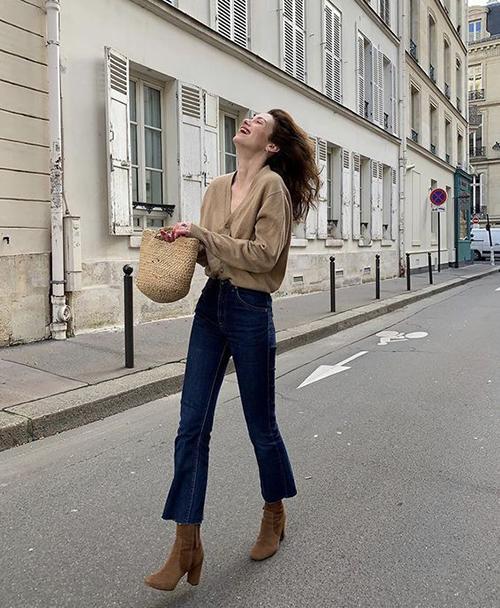 Nhờ dáng cổ thấp và phom ôm sát cổ chân nên các mẫu bốt cho mùa thu đễ mix cùng nhiều mẫu chân váy, quần jeans và suit đồng điệu cùng xu hướng.