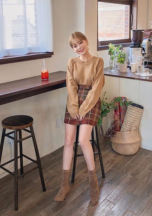 Để an gian chiều cao, ngoài việc chọn chân váy ngắn phù hợp với tỉ lệ hình thể, các nàng đừng quên lối mix màu ton-sur-ton.