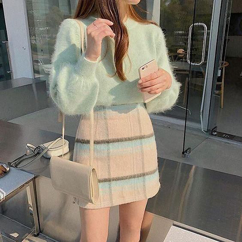 Áo len lông đi cùng chân váy vải dạ với  màu dịu nhẹ của gam xanh ngọc thiên về tông pastel. Để tạo nên set đồ hoàn hảo, chị em công sở nên chọn túi xách, giày hoặc bốt tông trắng thanh nhã.