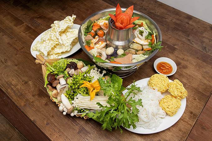 Ngoài các món chính như cơm tấm và các loại bún riêu, bún thái, mì quảng, hủ tiếu....những loại lẩu có giá từ 150.000 đồng đến 200.000 đồng cũng được nhiều thực khách lựa chọn khi đến quán của gia đình Angela Phương Trinh.