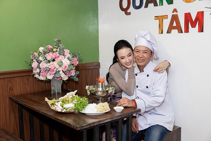 Angela Phương Trinh chụp ảnh cùng bố trong ngày khai trương tiệm chay mới. Ông cũng là đầu bếp chính của quán chay Tâm Đức.