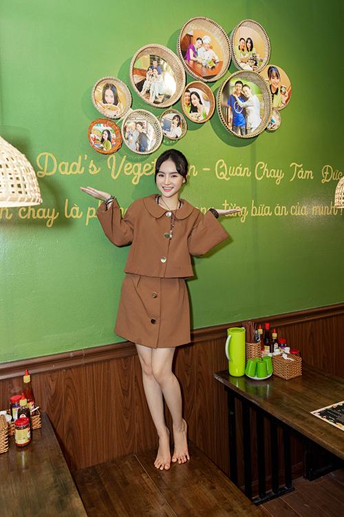 Sau khi phát nguyện ăn chay trọn đời như chị gái, Phương Trang cũng dành nhiều thời gian cho việc quảng bá quán chay của gia đình.