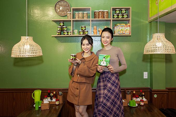 Phương Trang (váy nâu) cùng chị gái mất gần một tháng để sửa sang và hoàn thiện phần decor cho chi nhánh thứ 3 của quán chay.