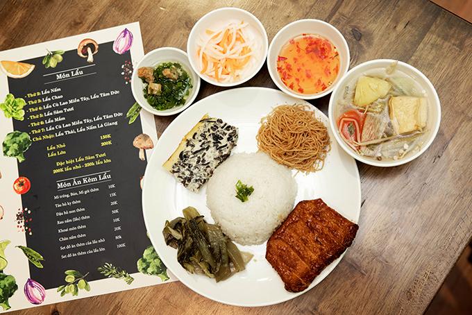 Quán cơm chay của Angela Phương Trinh hút khách vì đồ ăn hợp khẩu vị, các món ăn đều được bán đồng giá 25.000 đồng.