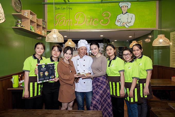 Gia đình Angela Phương Trinh chụp ảnh cùng các bạn nhân viên trẻ tại quán chay mới.