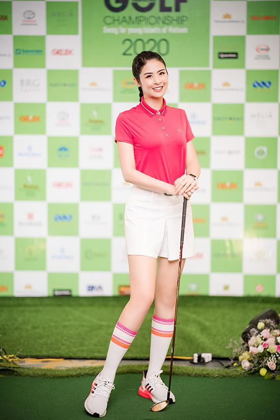 Ngọc Hân cũng bén duyên với golf từ khi công việc bị đình trệ vì dịch Covid-19. Hoa hậu Việt Nam 2010 tếu táo, vì nghỉ ở nhà không biết làm gì nên đã quyết định chinh phục một môn thể thao mới.