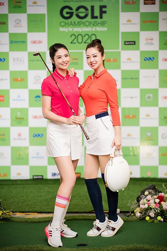 Hoa hậu Việt Nam 2010 và Hoa hậu châu Á tại Mỹ 2006 cùng tham gia một giải golf gây quỹ từ thiện. Hai người cũng cùng nhau tập môn thể thao này từ mấy tháng nay.