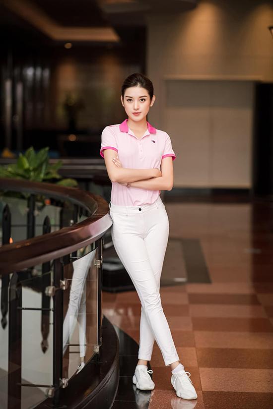 Khác với phong cách điệu đà của hai đàn chị, nàng á hậu thích sự khỏe khoắn năng động của áo phông kết hợp với quần dài và sneakers ton sur ton.