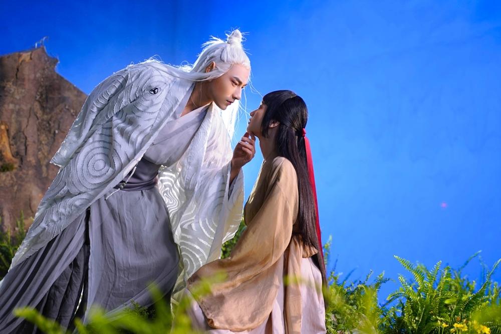 Song song câu chuyện hiện tại, đạo diễn Kawaii Tuấn Anh tái hiện mồi tình tiền kiếp ở quá khứ. Khi đó, trong một lần bị thương, hồ ly được cô gái cứu giúp.