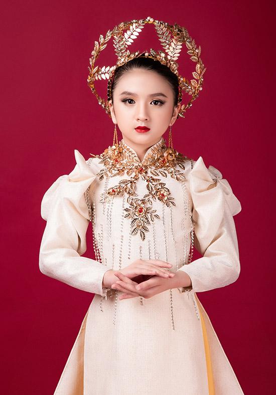 Trang phục này do nhà thiết kế Khiêm Nguyễn thực hiện. Diễm Quỳnh hiện là thành viên câu lạc bộ người mẫu nhí Starkids. Bé mới theo học chưa lâu nhưng tỏ ra có năng kiếu, biết tạo dáng, biểu cảm trước ống kính.