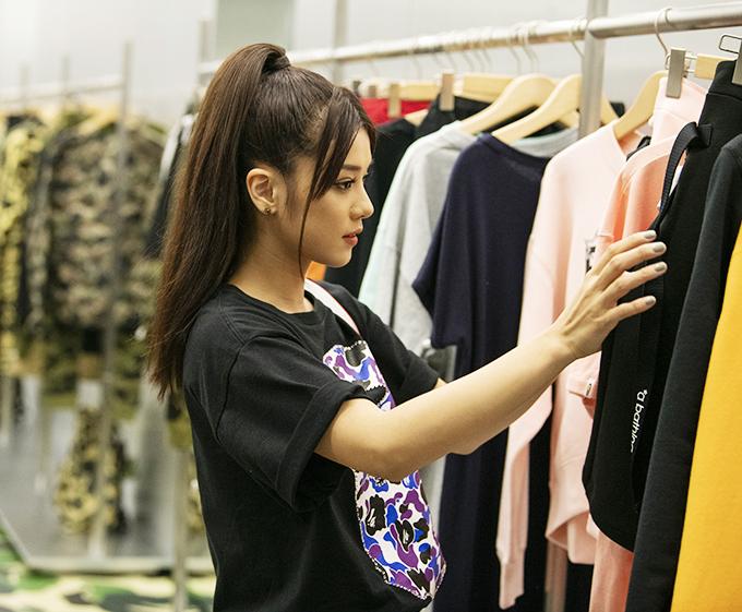 Cô gái sinh năm 1995 hào hứng lựa chọn trang phục từ thương hiệu vừa có mặt tại Việt Nam.