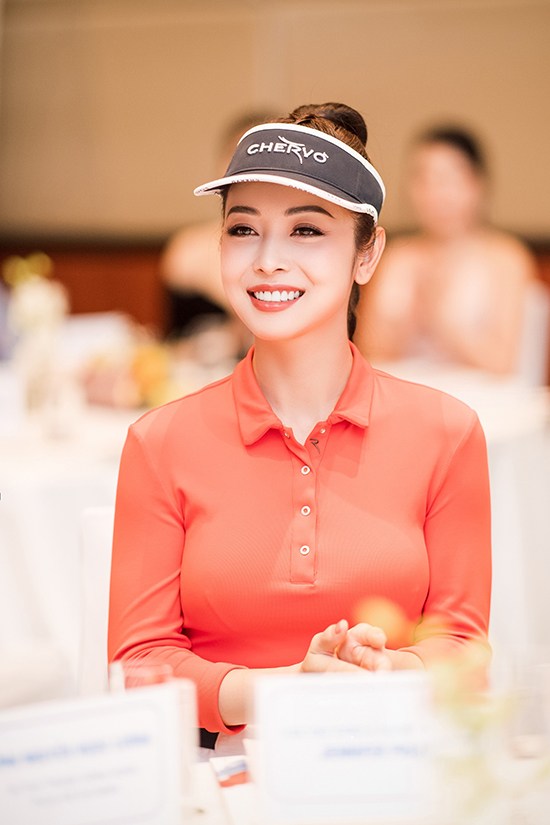 Là mẹ của bốn đứa con và đắt show làm MC, Jennifer Phạm rất bận rộn. Tuy vậy, cô vẫn cố gắng dành thời gian riêng cho những sở thích của bản thân như tập golf, làm đẹp... để tái tạo năng lượng.