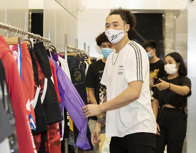 Hot boy bóng rổ Việt kiều Tâm Đinh cũng tham dự sự kiện.