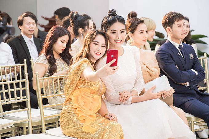 Tại sự kiện làm đẹp tối 15/10, Ngọc Hân được nhiều người nhận ra và chụp ảnh cùng. Hoa hậu Việt Nam 2020 luôn được yêu mến bởi sự thân thiện, giản dị và hoà đồng.