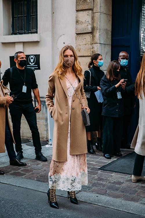 Ngoài việc thể hiện gu thời trang sành điệu khi đến các tuần lễ thời trang, nhiều cô nàng đỏm dáng cũng không lơ là việc phòng dịch Covid-19.