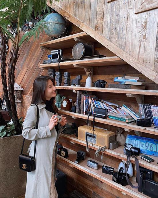 Diễm My chia sẻ, cô yêu thích vẻ hoài cổ của quán cà phê nằm trên núi này. Đà Lạt Mountain View nằm trên đường Hoàng Hoa Thám - con đường nổi tiếng với các quán cà phê đẹp - chỉ cách hồ Xuân Hương chưa tới 2 km, mang phong cách Bắc Âu, trang trí nội thất bằng gỗ tone trầm ấm áp.