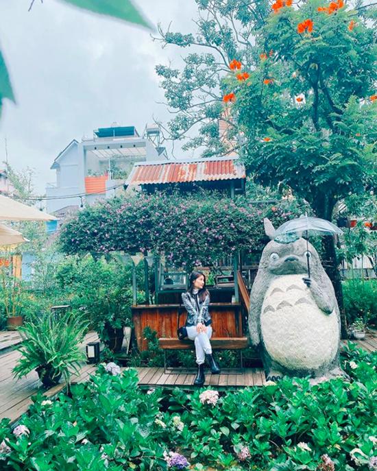 Một trong những điểm dừng chân yêu thích trong chuyến đi lần này của đôi tình nhân là khu tổ hợp Still Cafe đang hot rần rần trong giới trẻ. Nơi đây được ví như một khu vườn Nhật Bản thu nhỏ với nhiều góc sống ảo đẹp như mơ như khu vườn cẩm tú cầu hay tượng mèo Totoro siêu to khổng lồ.