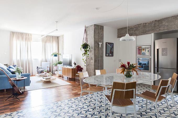 Trước đây, căn hộ được chia thành các phòng nhỏ: hai phòng ngủ, một phòng khách, một bếp cạnh lối đi, một phòng tắm. Tuy nhiên, mong muốn của gia chủ là có không gian rộng hơn để tiếp khách, tận dụng tối đa không gian sống.