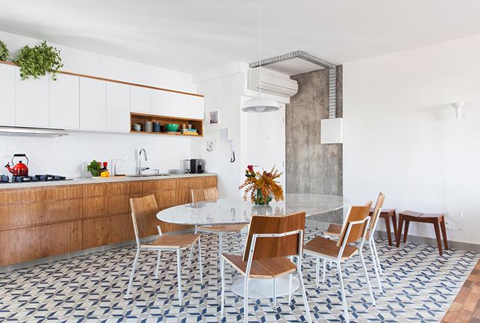 Bếp trở nên rộng rãi hơn khi phá bỏ các tường ngăn, được lát bởi gạch hoạ tiết có màu trắng - xanh lam, làm điểm nhấn của không gian sống.